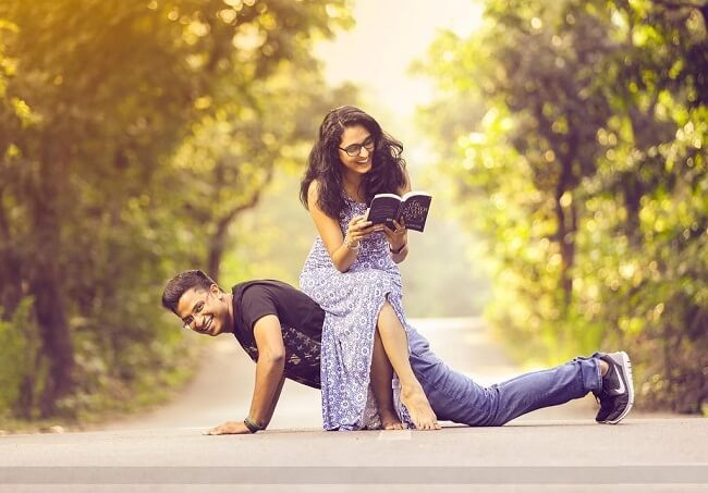 49 Romantic Couple Pre-Wedding Photography Ideas To Give a Try - LooksGud.in